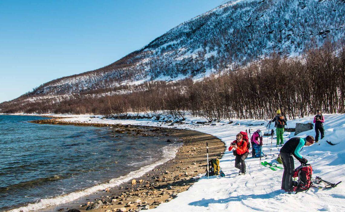 Abschwingen Am Wasser Und Warten Auf Das Schiff Im Lyngenfjord