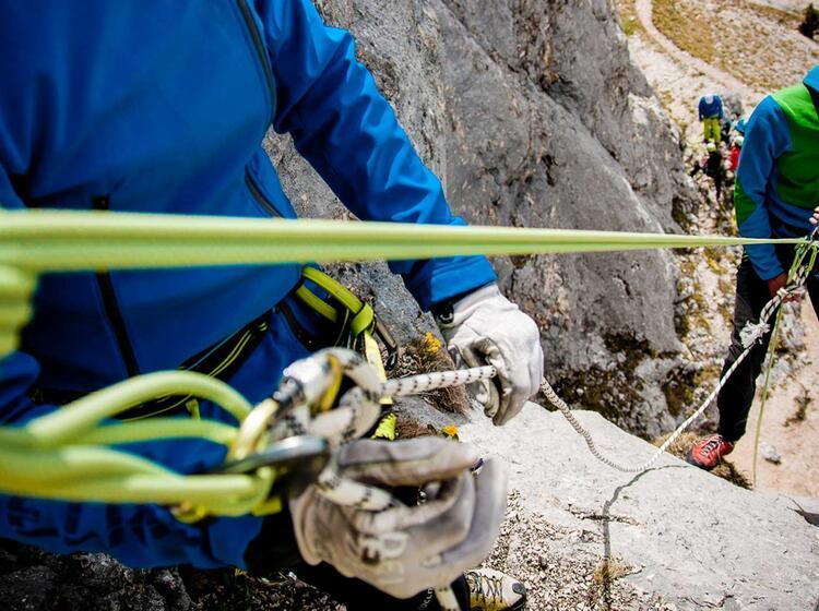 Abseilen Am Kletterkurs Lernen Vom Bergfuehrer