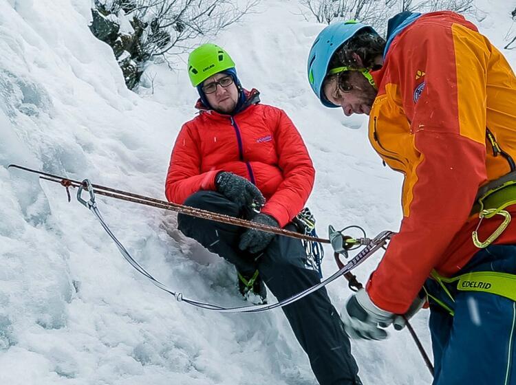 Abseilen Beim Eisklettern Demonstration Durch Den Bergfuehrer 1