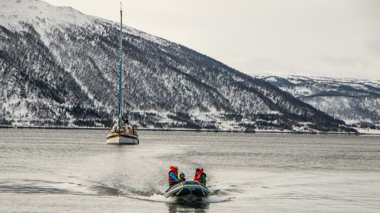 Absetzen Der Tourengeher Mit Dem Boot In Norwegen Auf Der Skitourenreise