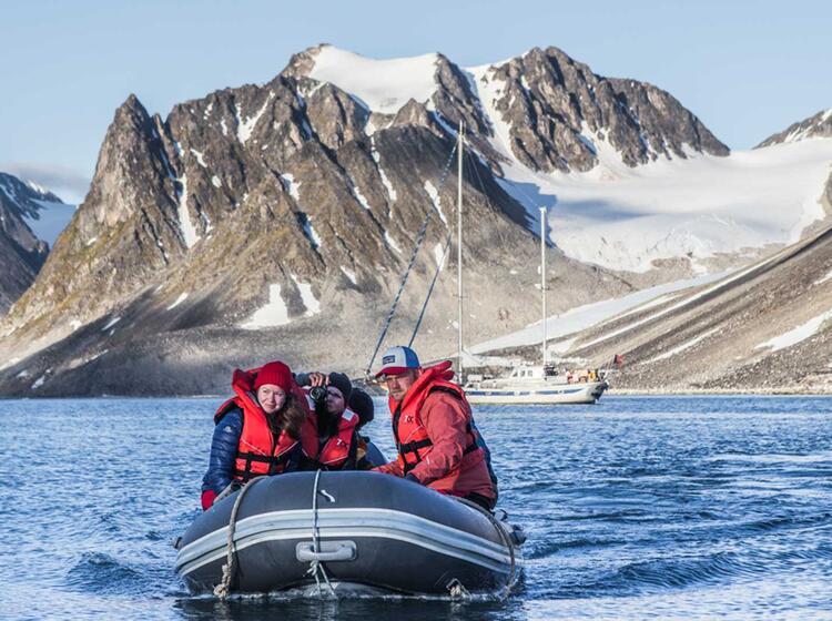 Anlandung Mit Dem Dingy In Der Arktis Auf Spitzbergen