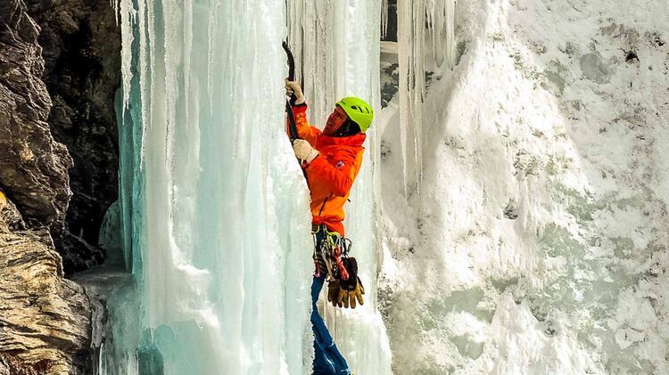 Anspruchsvoller Vorstieg Beim Eisklettern Im Averstal Thron 1