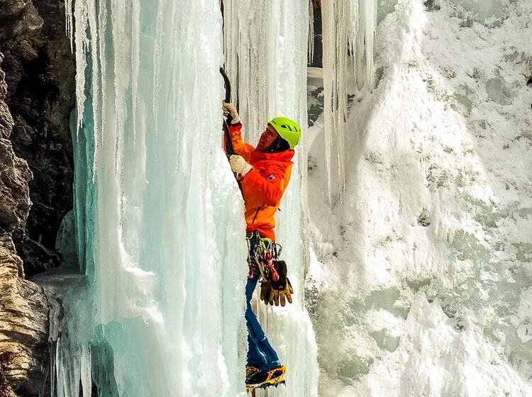 Anspruchsvoller Vorstieg Beim Eisklettern Im Averstal Thron