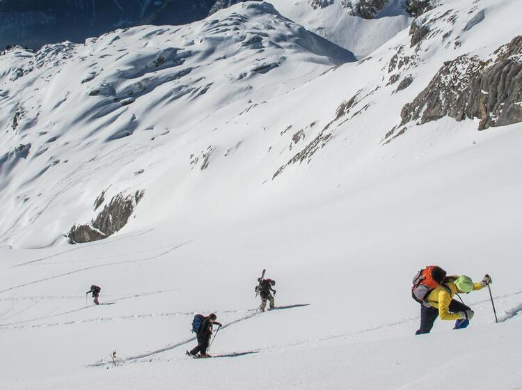 Aufstieg In Spitzkehren Am Skitourenkurs