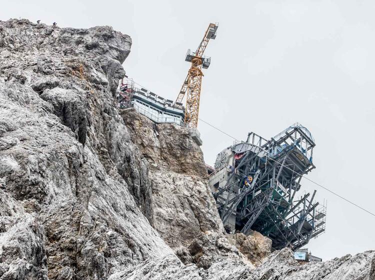 Baukran Auf Der Zugspitze Gesehen Vom Hoellental Klettersteig