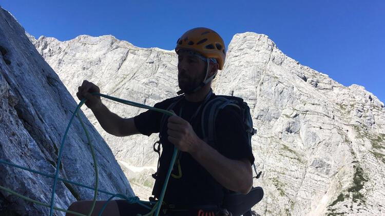 Bergfu Hrer Ju Rgen Brandhuber Beim Klettern Hinter Der Blaueishu Tte