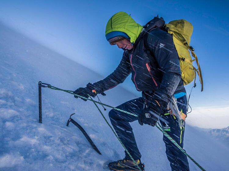 Bergfuehrer Beim Sichern Im Wallis