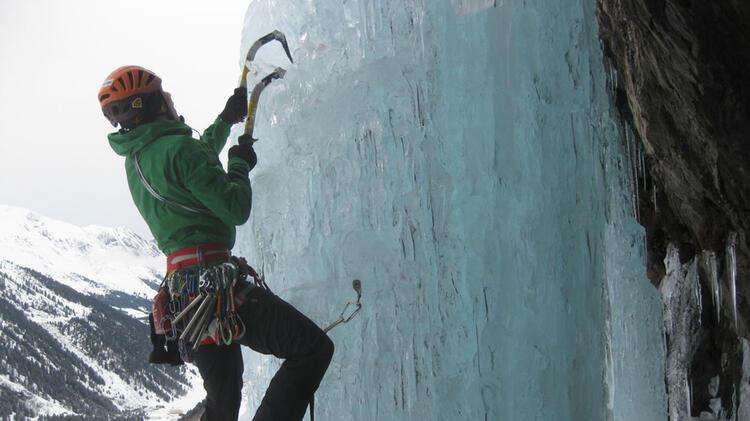 Bergfuehrer Jan Beim Eisklettern Im Sellrain