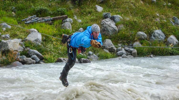Bergfuehrer Jens Lang Bei Der Ueberquerung Eines Flusses