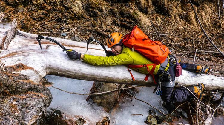 Bergfuehrer Markus Beim Eisklettern Im Sellrain