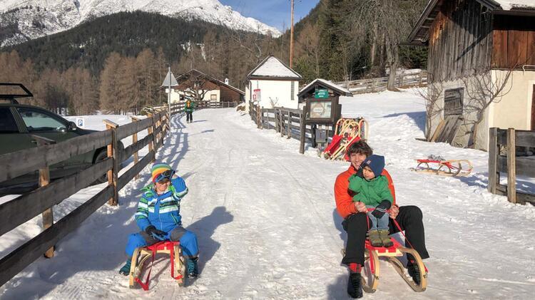 Bergfuehrer Schmidtner Beim Rodeln In Tirol