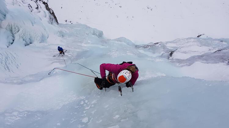 Bergfuehrerin Bianca Beim Eisklettern Im Sellrain