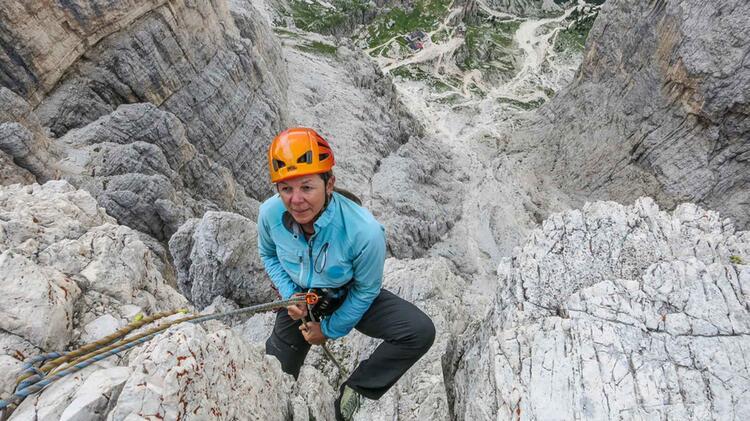 Bergfuehrerin Birgit Kosak Beim Kletterkurs In Den Dolomiten