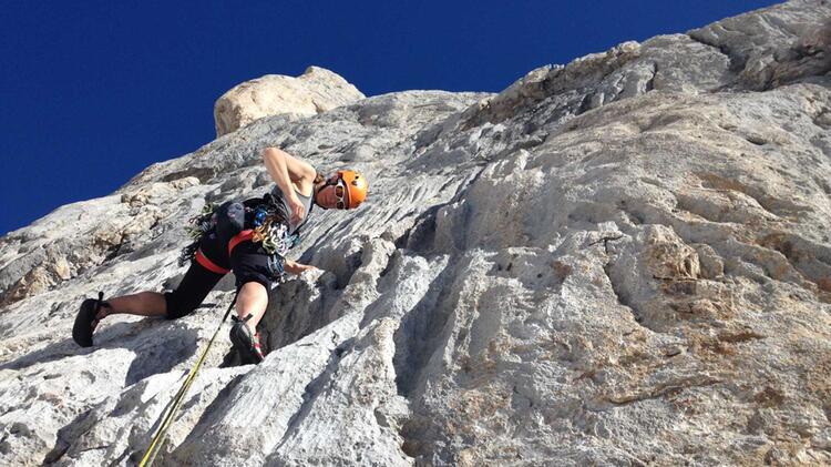 Bergfuehrerin Mirjam Beim Klettern Auf Mallorca