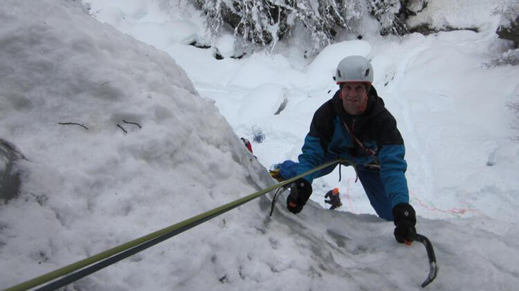 Bergwanderfuehrer Benjamin Gruber Beim Eisklettern Im Sellrain