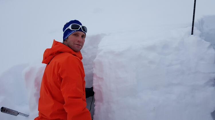 Bergwanderfuehrer Benjamin Gruber Beim Schneeprofil Und Lvs Training