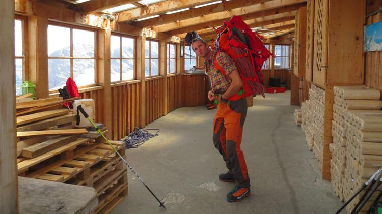 Bergwanderfuehrer Benjamin Gruber Packt Den Rucksack Auf Der Berghuette