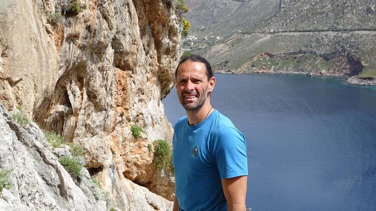 Bergwanderfuehrer Braun Beim Klettern Auf Kalymnos