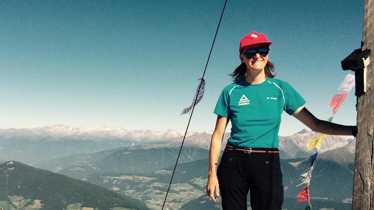 Bergwanderfuehrerin Christine Brandmueller Auf Tour In Den Dolomiten
