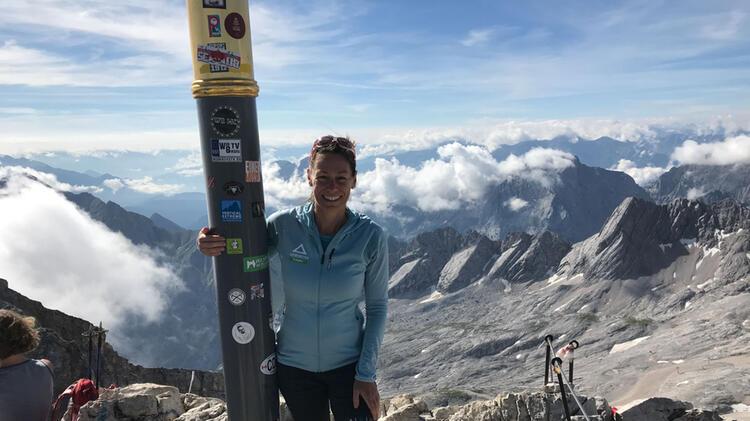 Bergwanderfuehrerin Sabine Am Gipfel Der Zugspitze