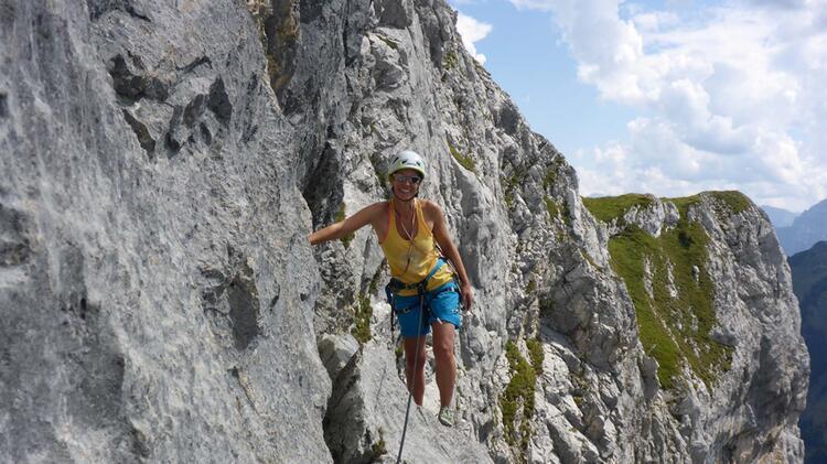 Bergwanderfuehrerin Sabine Am Klettersteig An Der Zugspitze