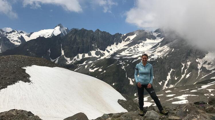Bergwanderfuehrerin Sabine Beim Bergwandern In Den Hohen Tauern