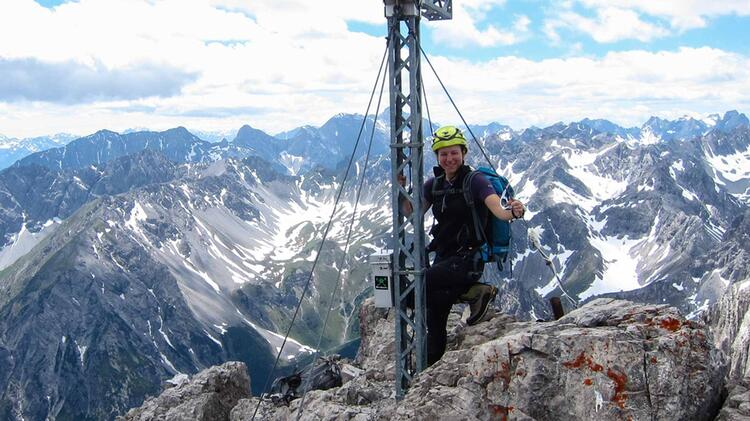 Bergwanderfuehrerin Sandra Wolf Auf Der Alpenueberquerung Von Der Zugspitze Nach Meran