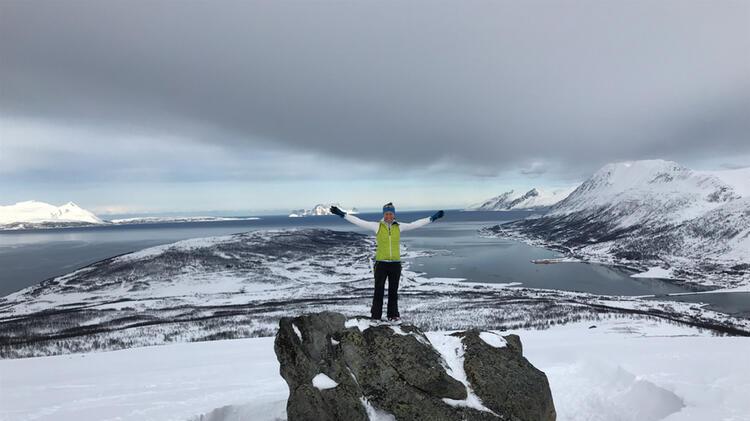 Bergwanderfuehrerin Walch Beim Schneeschuhwandern In Lyngen