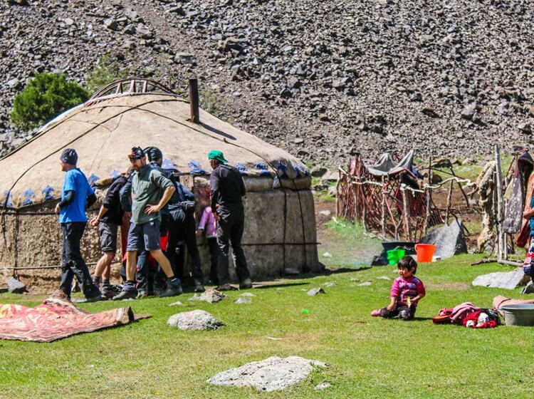 Besuch In Einer Yurte Beim Trekking Im Pamir Gebirge Kirgistan