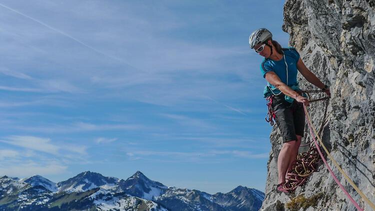 Birgit Kosak Als Bergfuehrer Am Kletterkurs Alpin