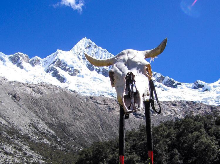 Blick Aus Dem Tal Zum Gipfel Des Alpamayo