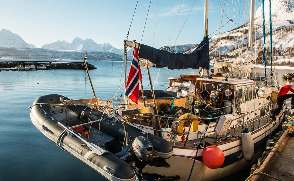 Das Boot Mit Jacuzzi Beim Skitouren In Den Lyngenalpen