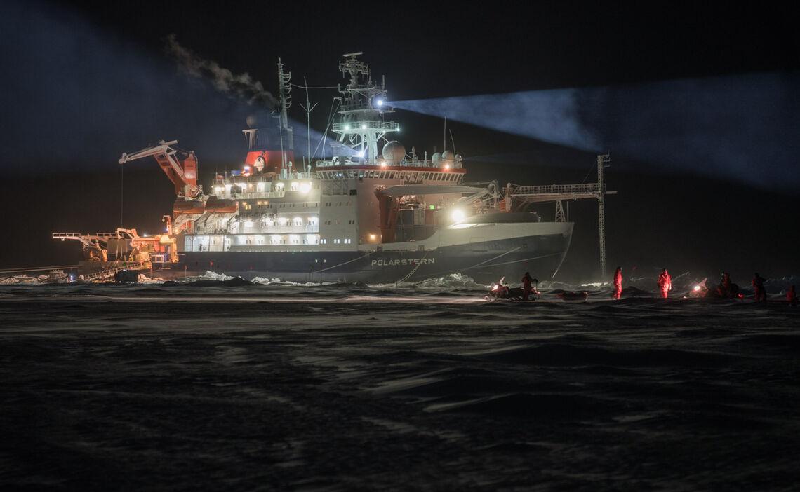 Das Deutsche Polarforschungsschiff Polarstern Waehrend Der Mosaic Expedition Im Arktischen Ozean Bei 85 Nord Wissenschaftler Kehren Zurueck Zum Schiff