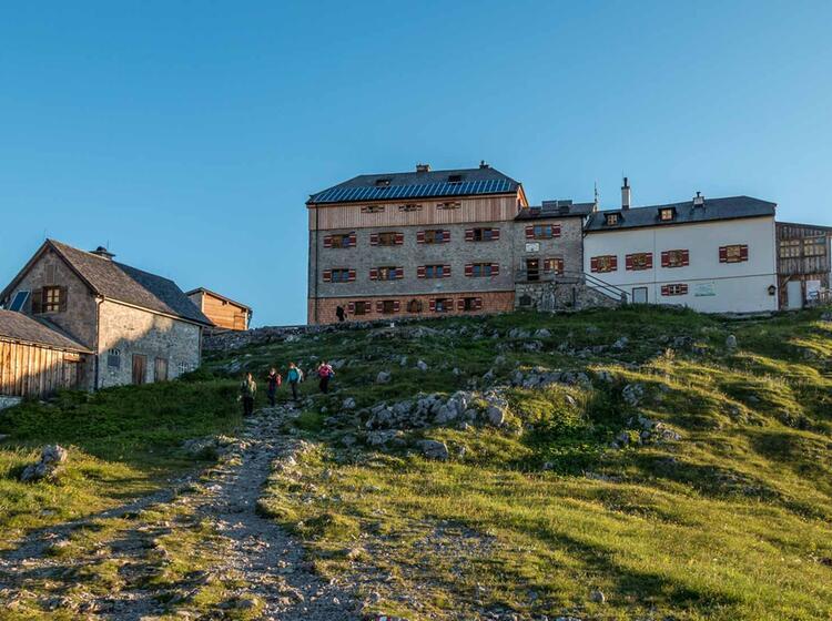 Das Watzmannhaus Ist Stuetzpunkt Fuer Wanderungen Zum Watzmann Gipfel Und Fuer Die Watzmannueberschreitung