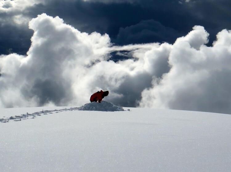 Der Bergfuehrer Errichtet Das Lager Am Cho Oyu