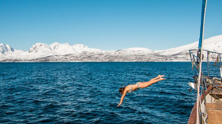 Der Sprung Ins Kalte Wasser Nach Der Skitour In Lyngen Vom Schiff