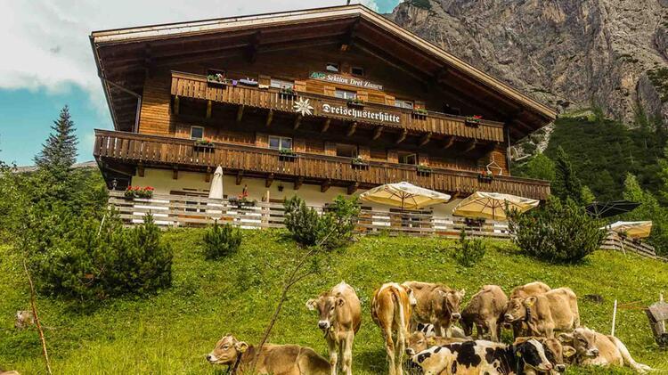 Die Dreischusterhuette Auf Der Alpenueberquerung Vom Watzmann Zu Den Drei Zinnen
