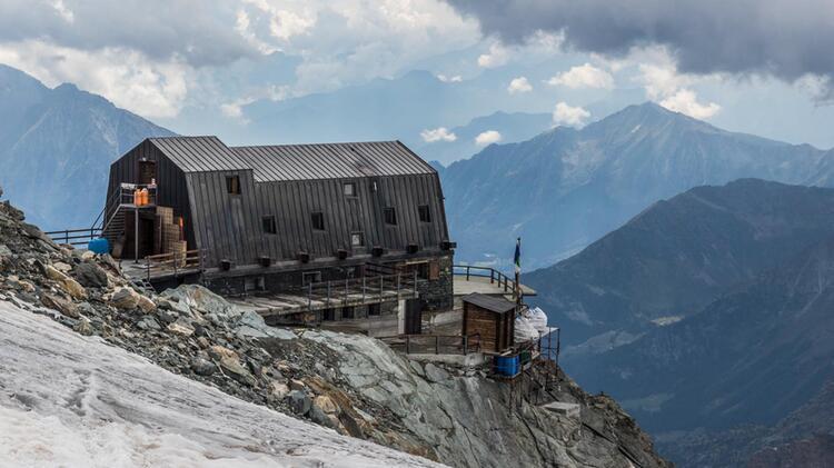 Die Guide Ayas Huette Auf Der Italienischen Seite Im Wallis Unter Castor Und Breithorn