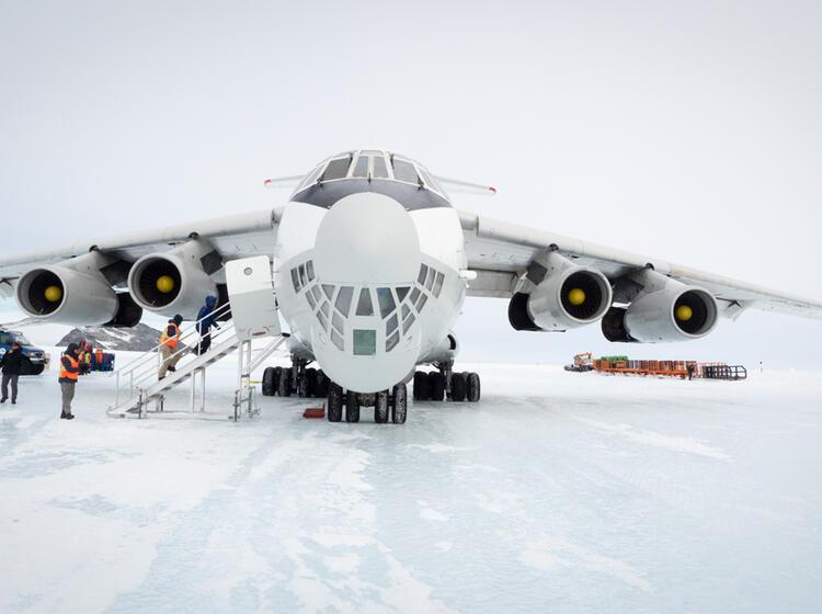 Die Iljuschin 76 Auf Der Blueice Runway In Der Antarktis