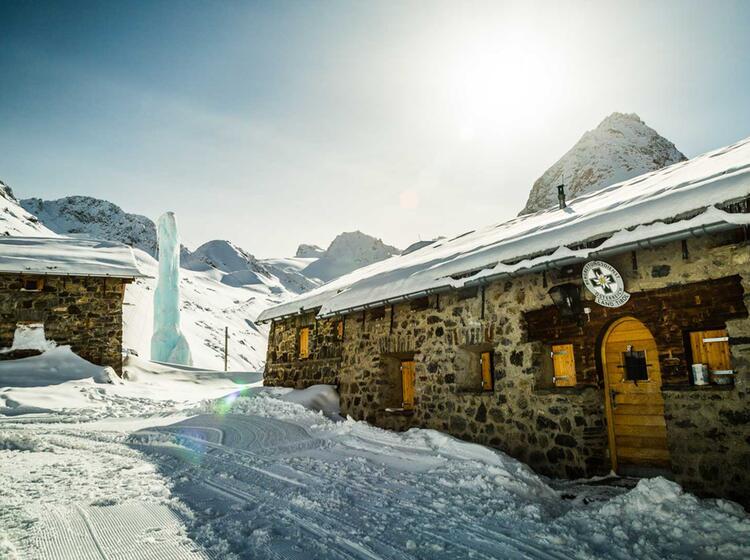 Die Jamtalhu Tte In Der Silvretta Auf Dem Skitourenkurs