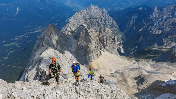 Die Letzten Meter Am Klettersteig Durch Das Hoellental Zur Zugspitze Im Hintergrund Der Waxenstein