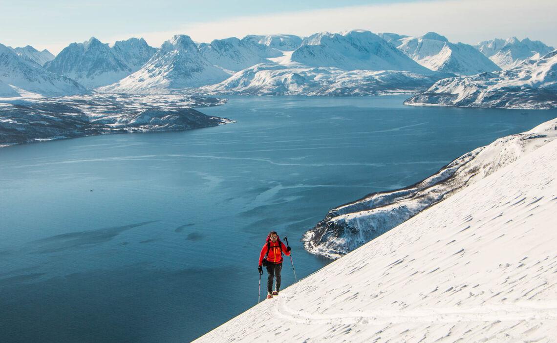 Die Letzten Meter Zum Gipfel Bei Den Skitouren Mit Stuetzpunkt Auf Dem Schiff In Lyngen