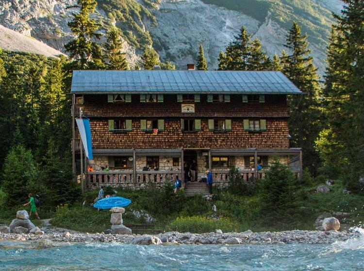 Die Reintalangerhuette Auf Dem Weg Zur Zugspitze