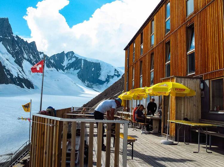 Die Terrasse Der Finsteraarhornhuette Im Berner Oberland Hochtouren Und Skitouren Stuetzpunkt
