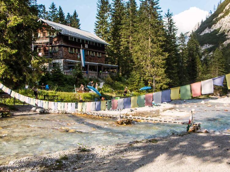 Die Traditionelle Reintalangerhuette Auf Der Zugspitztour