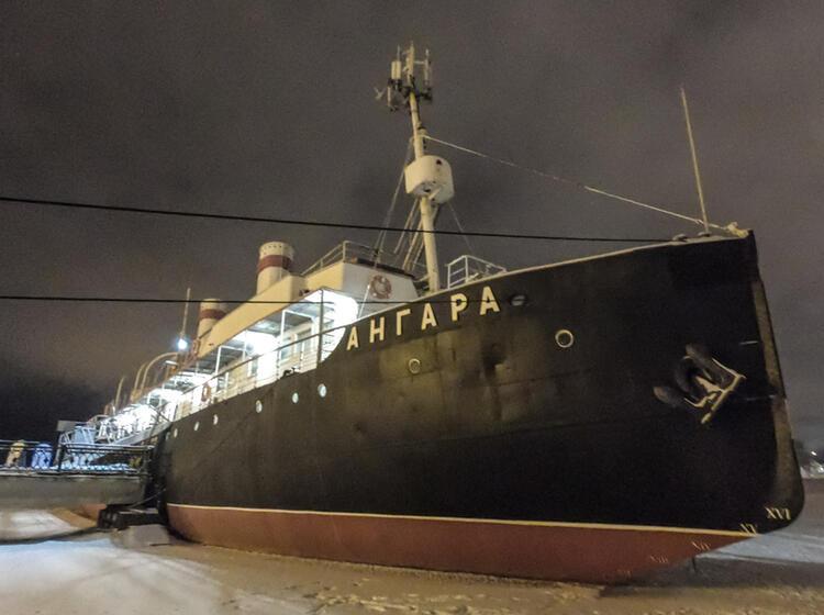 Eingefrorenes Schiff Bei Der Skitourenwoche Baikalsee