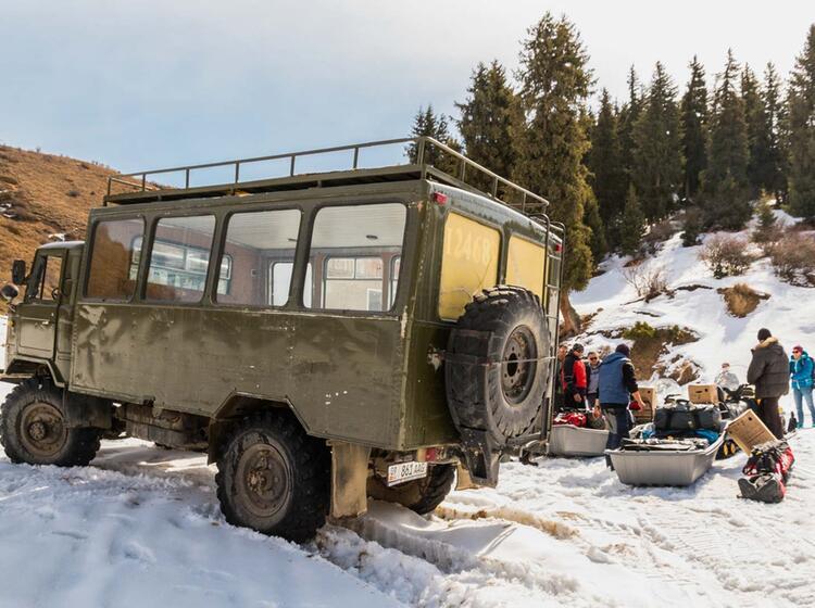 Fahrt Mit Dem Allradfahrzeug An Die Schneegrenze In Kirgistan Zur Skitouren Woche