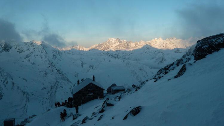 Fru Her Aufbruch Von Der Valsorey Hu Tte Auf Der Haute Route Im Hintergrund Der Mont Blanc