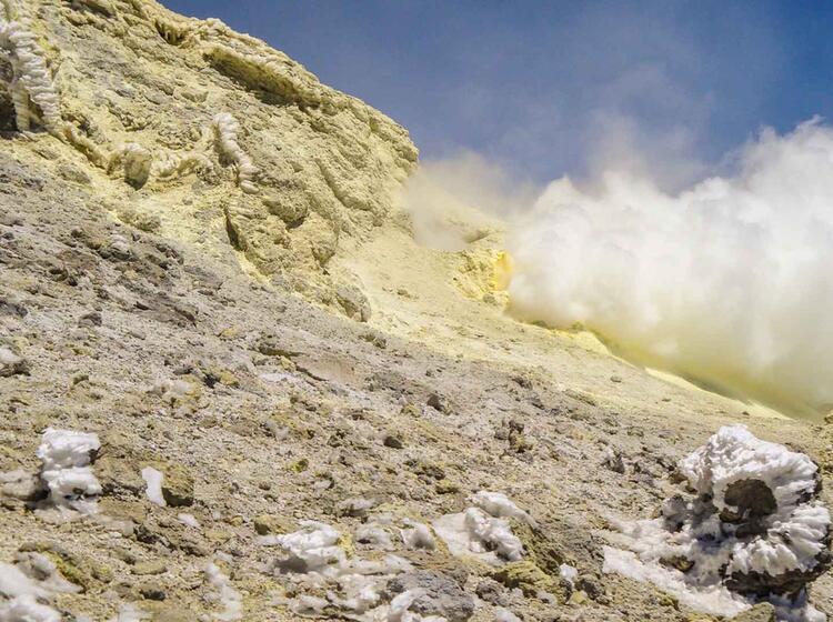Fumarolen Auf Dem Weg Zum Damavand Auf Der Trekking Reise