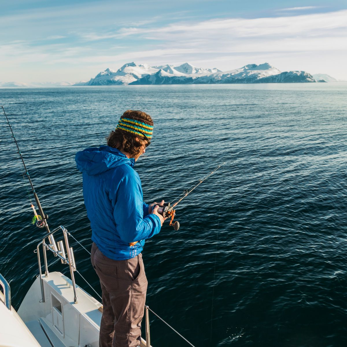 gefuehrte-skitouren-in-norwegen-und-einem-bergfuehrer-beim-fischen.jpg
